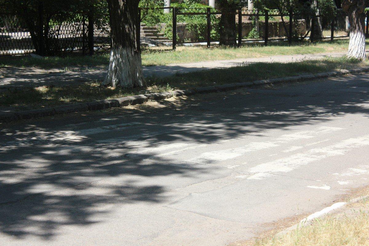 Слабо видны полосы пешеходного перехода