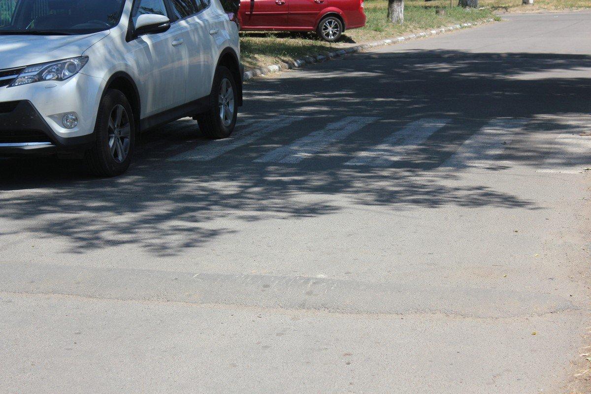 Кто-то бросил авто на пешеходном переходе