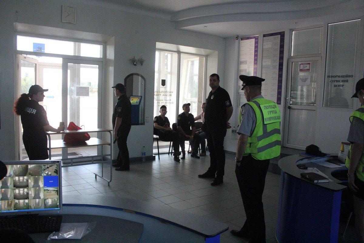 Все, кто спешил в зал заседаний, проходили двойной контроль полиции
