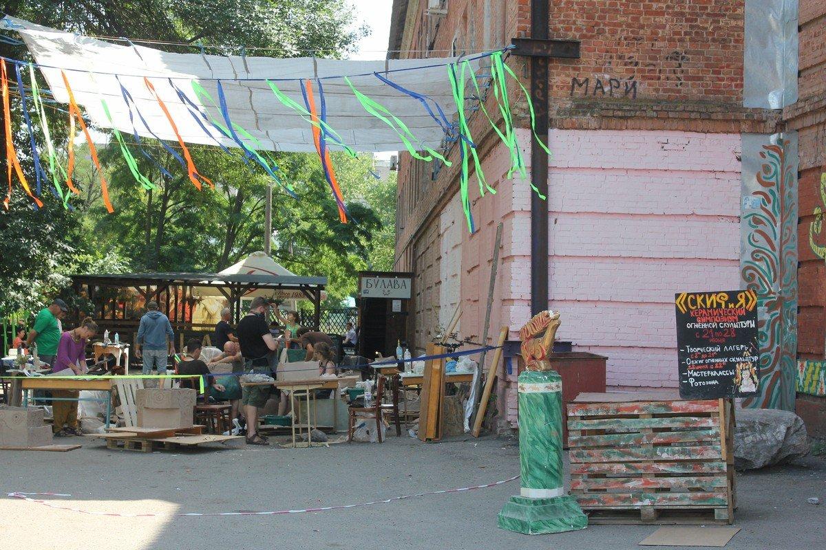 Около 15-ти скульпторов творят под открытым небом за зданием музея