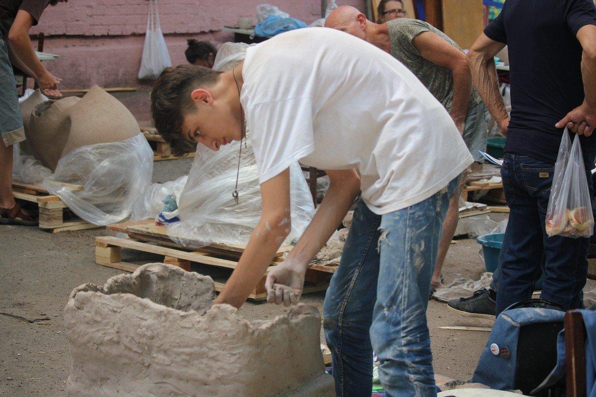 Взрослые и дети лепят из глины