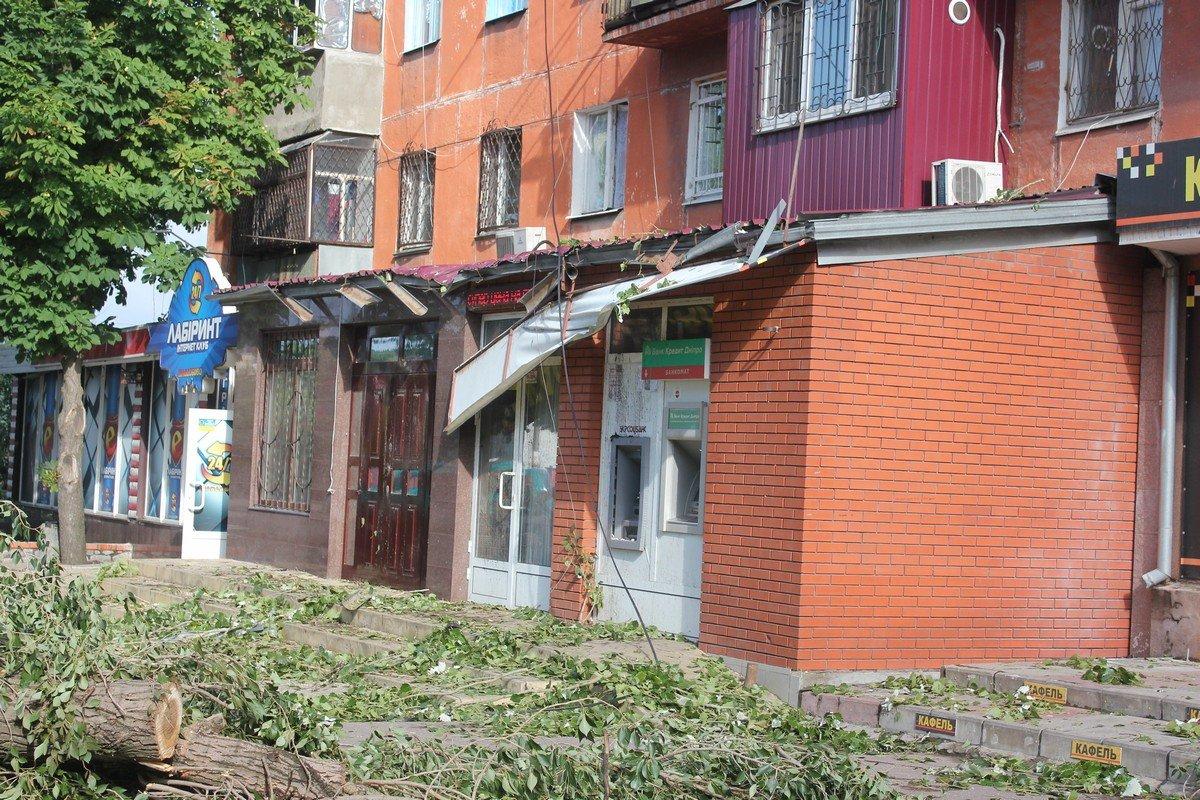 Дерево повредило вывеску магазина
