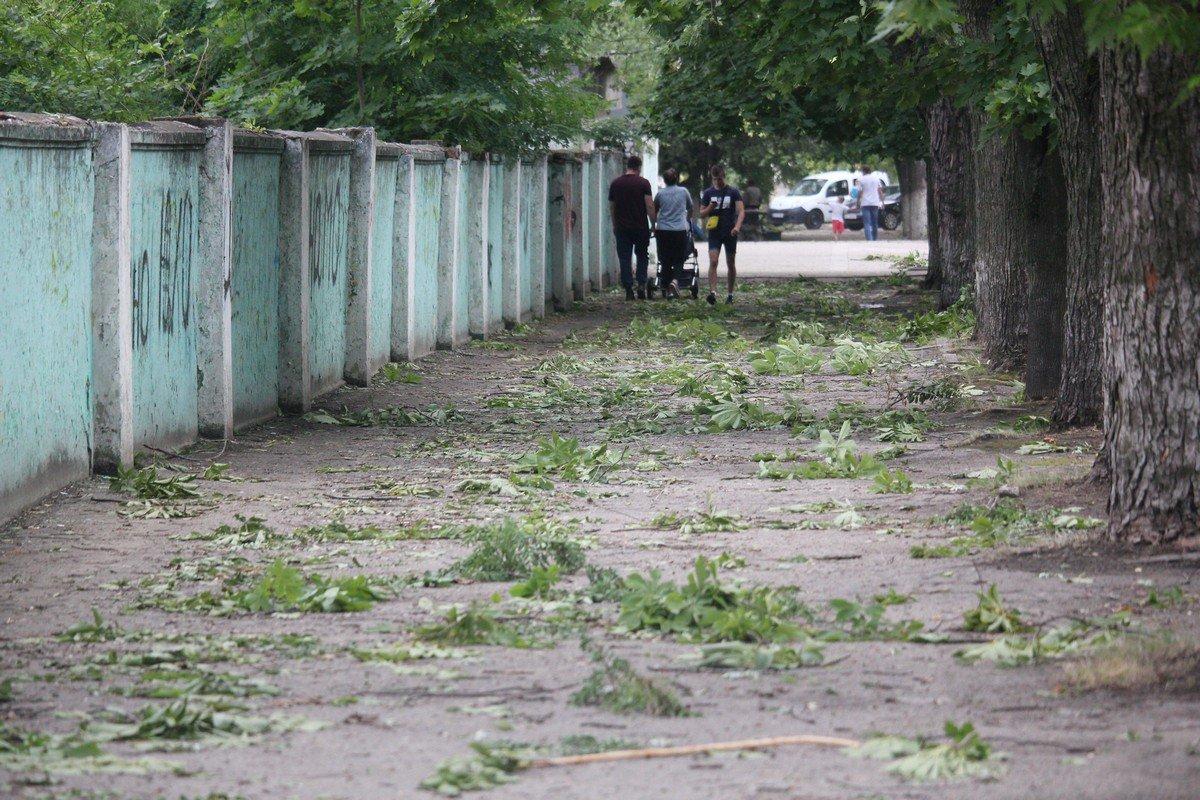 На тротуарах обломанные ветви деревьев