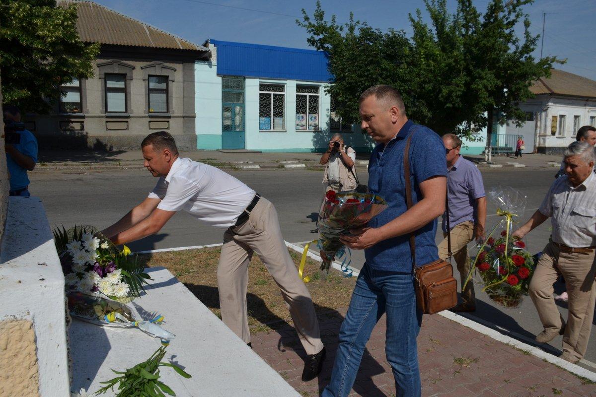 К памятнику Богдана Хмельницкого возложили цветы