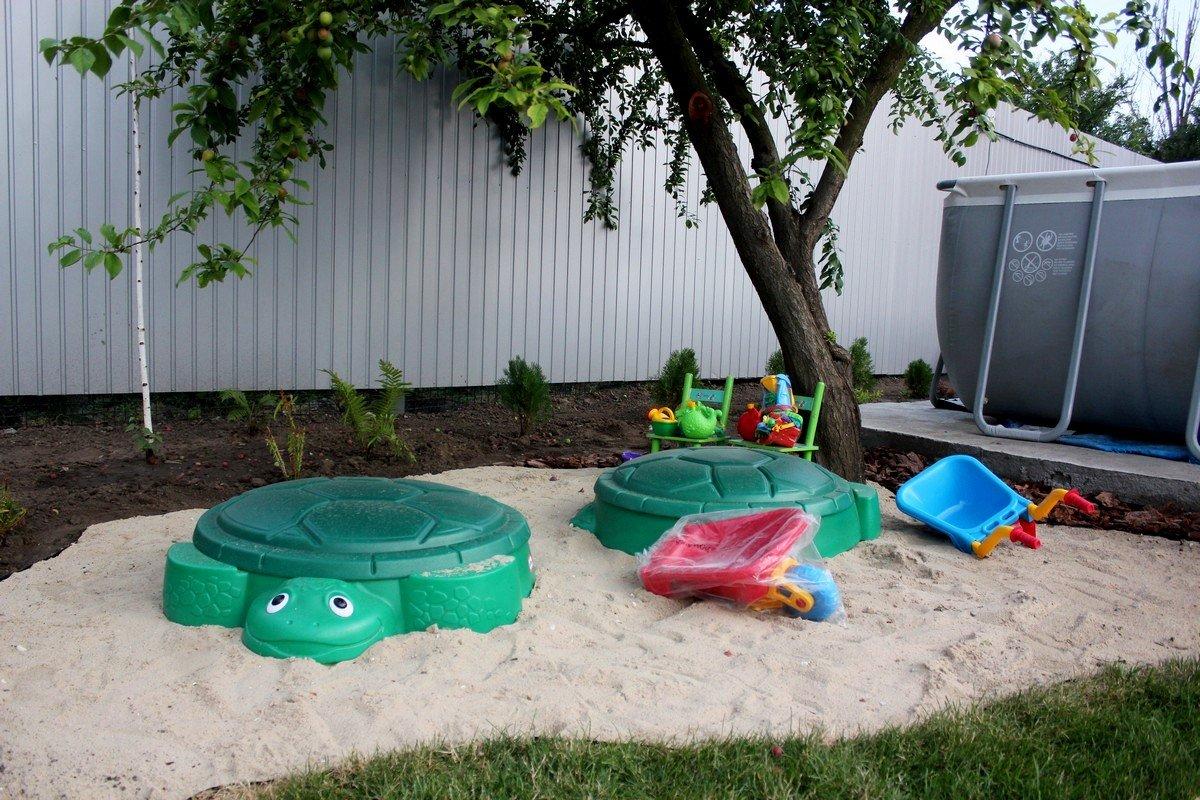 В песочнице много игрушек и пасочек