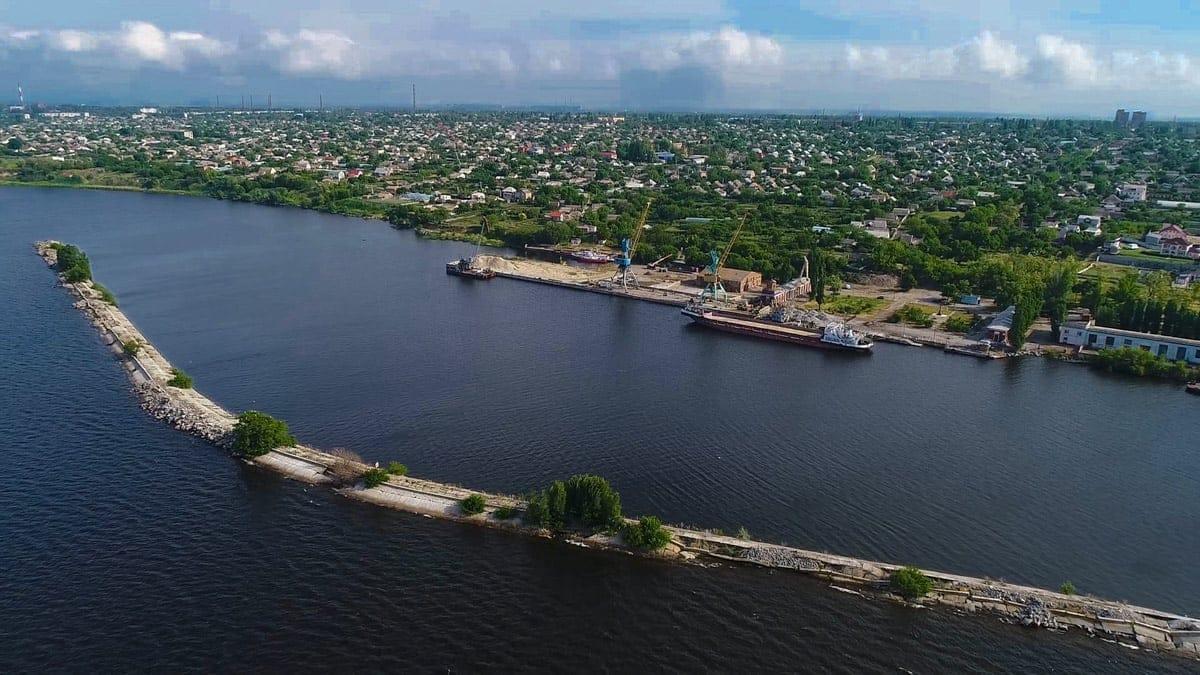 К причалу принимают суда типа «река-море» длиной до 180 метров и осадкой до 4-х метров