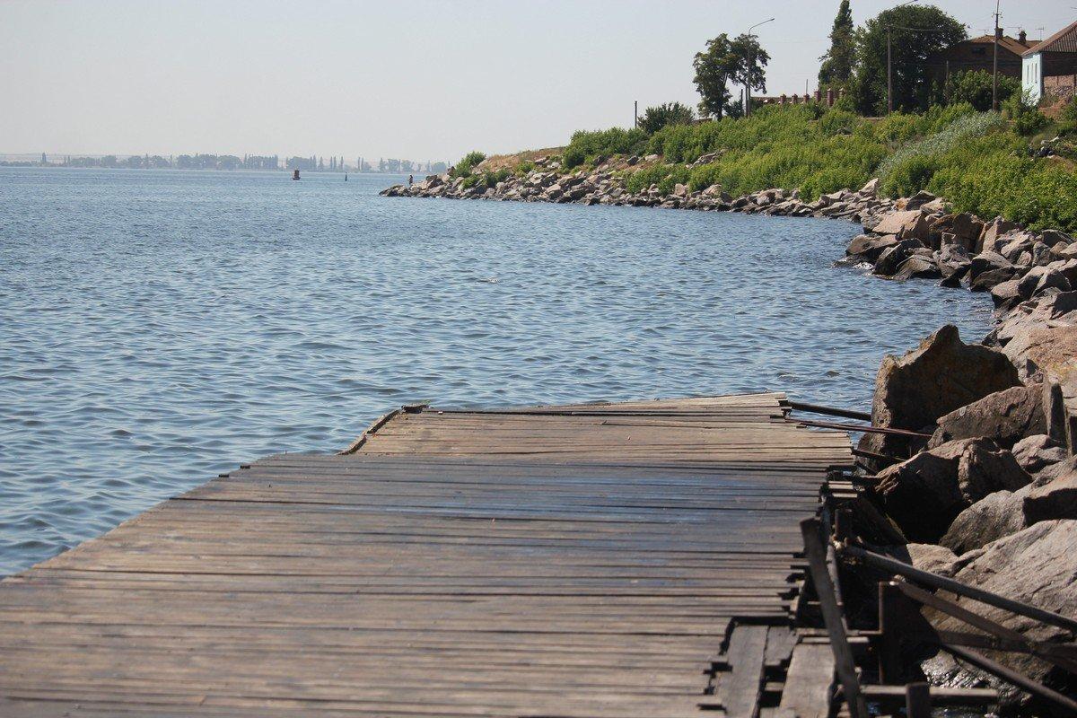 У воды много свободных мест для рыбалки
