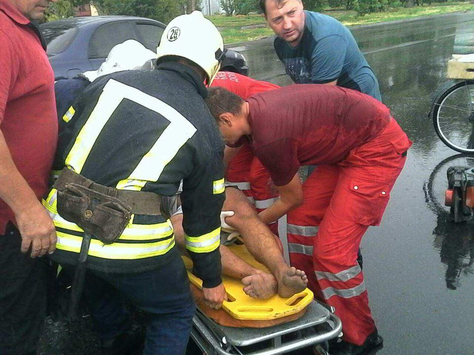Медики изъяли пострадавшего из авто