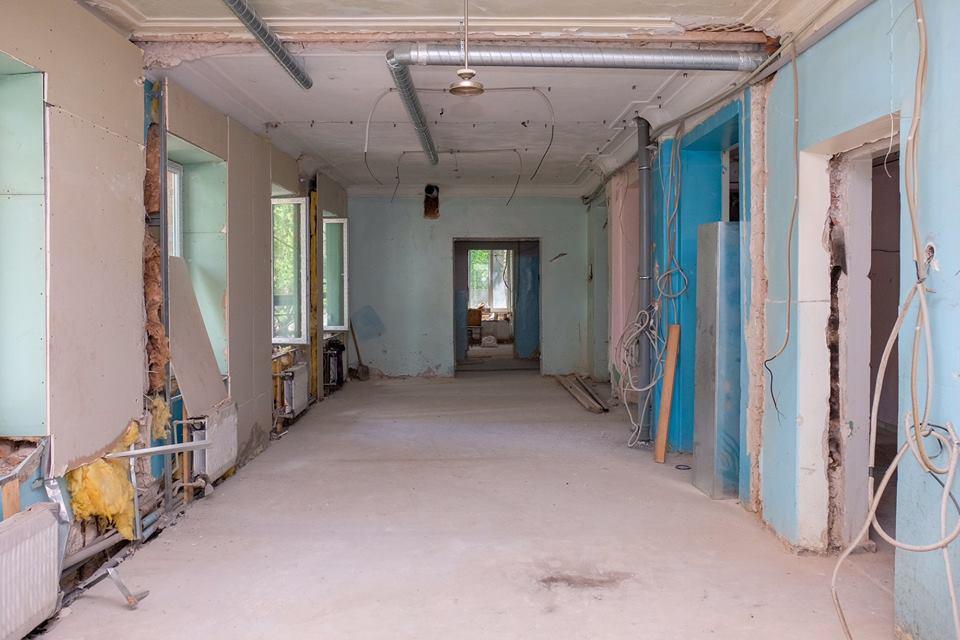Внутри помещения проводят отделочные работы