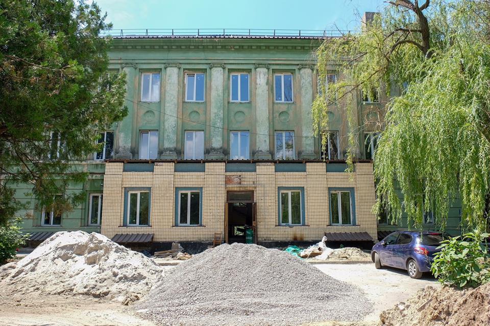 В Никополе продолжается реконструкция амбулатории на проспекте Трубников