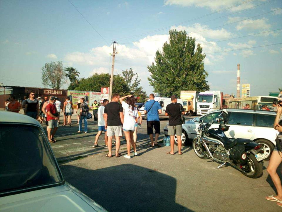 В Никополе активисты перекрыли проезжую часть на Херсонской