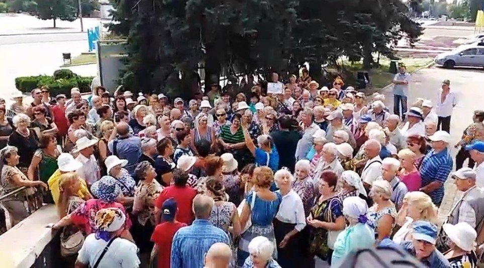 Около сотни пенсионеров побывало на мирной акции