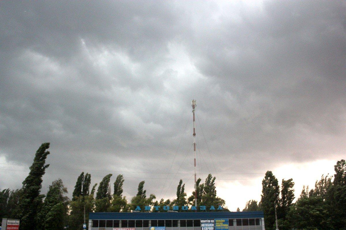 Над городом повисли облака