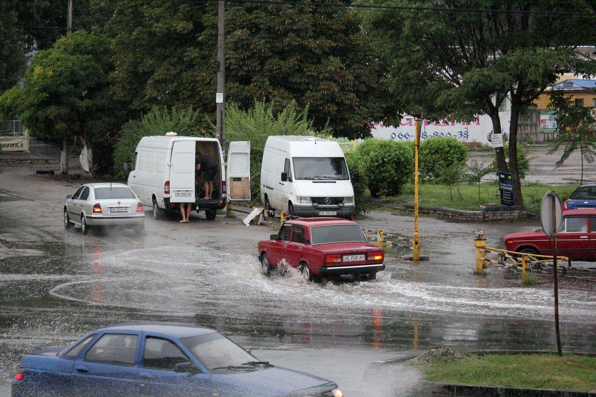 Машины тонут в лужах, пешеходы бредут по воде