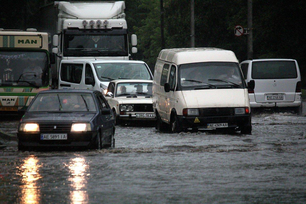 Затяжной ливень затопил проезжую часть на автовокзале