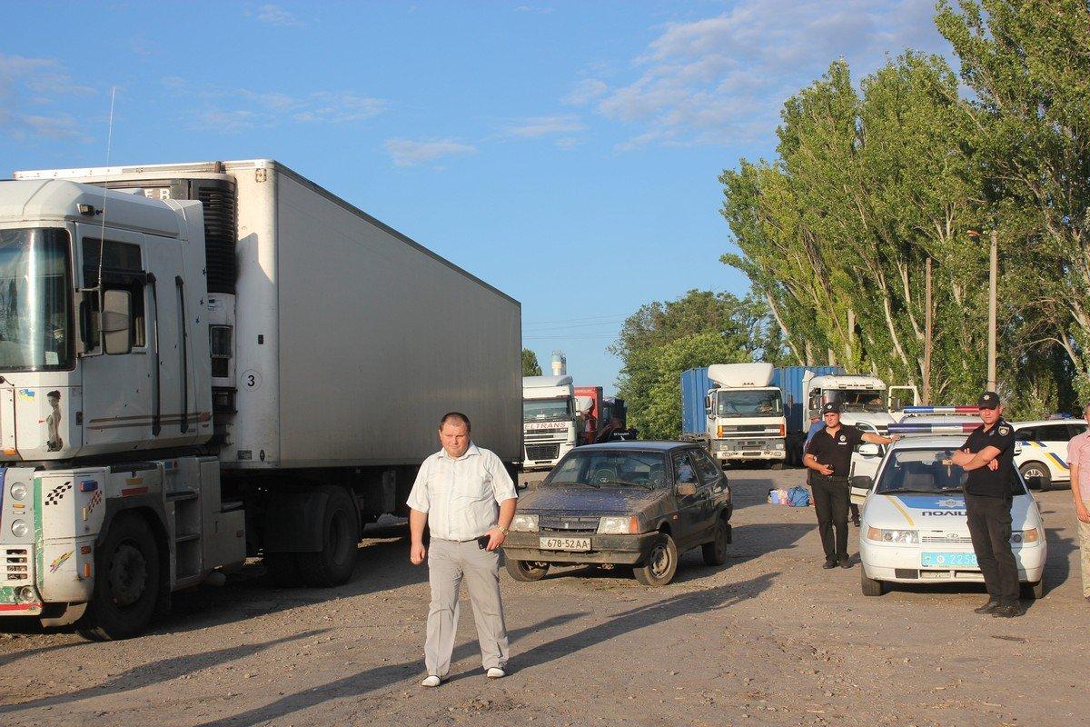Несколько десятков длинномеров оказались заблокированы на дороге