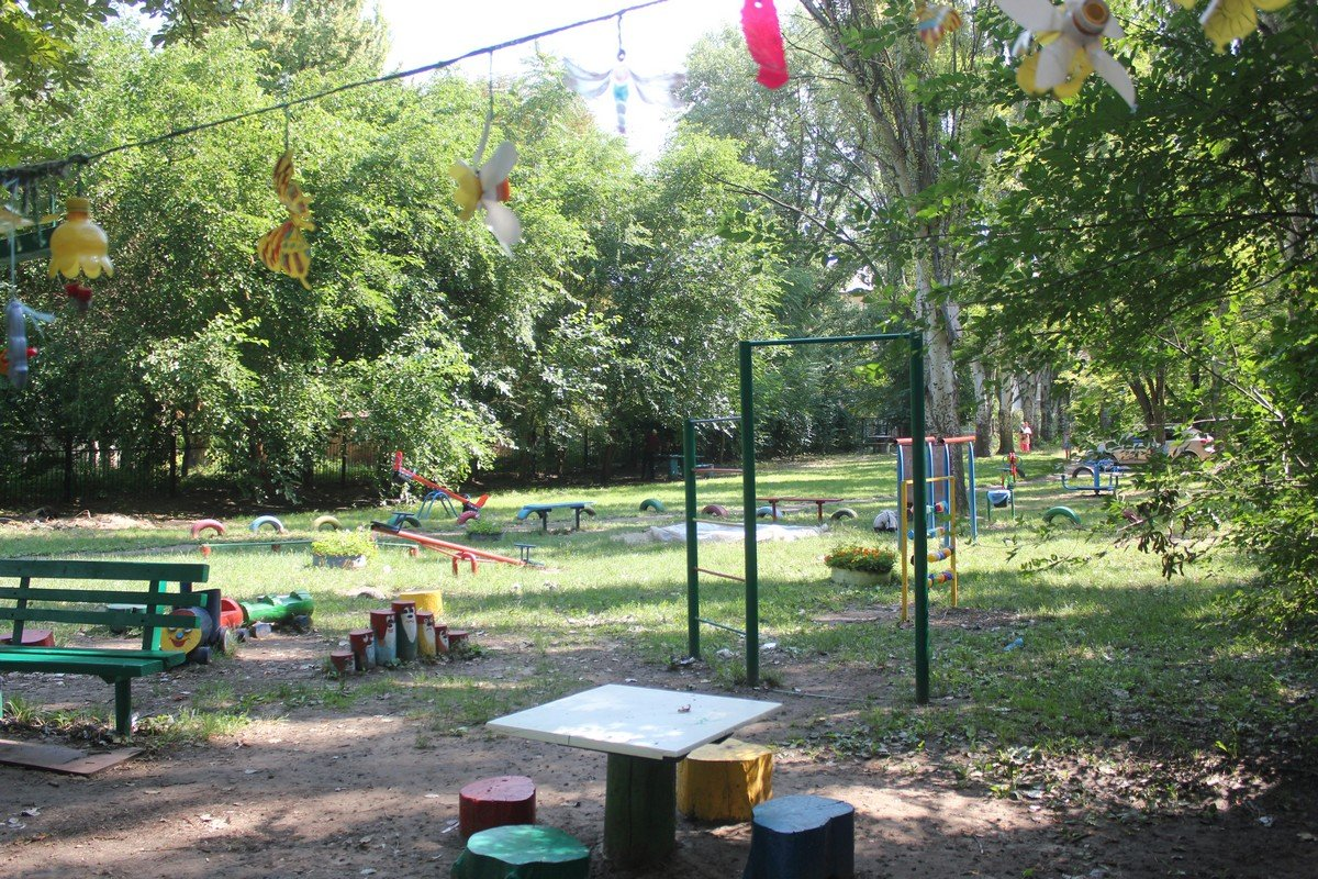 Аварийное дерево зависло над детской площадкой