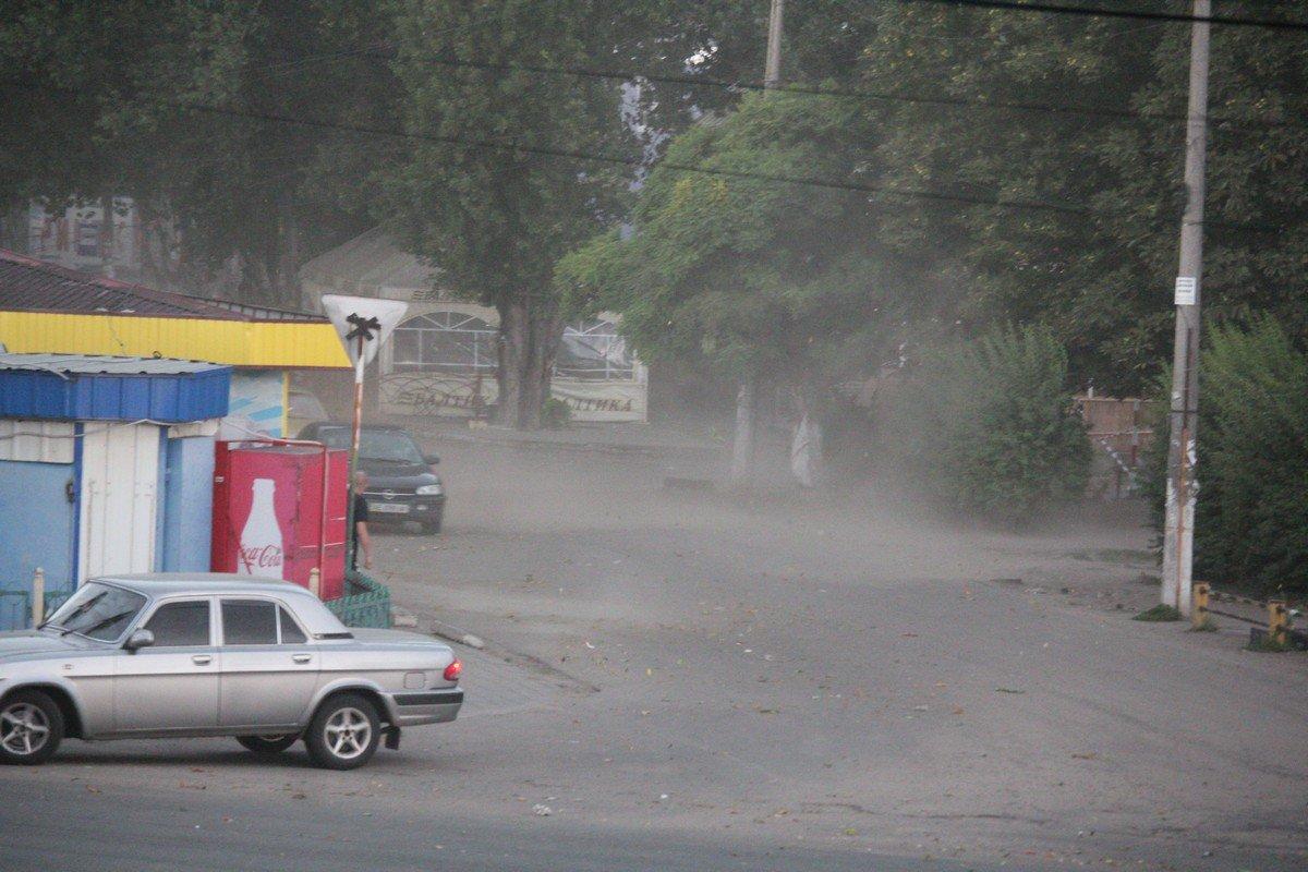 Ветер поднял пыль и мусор с проезжей части