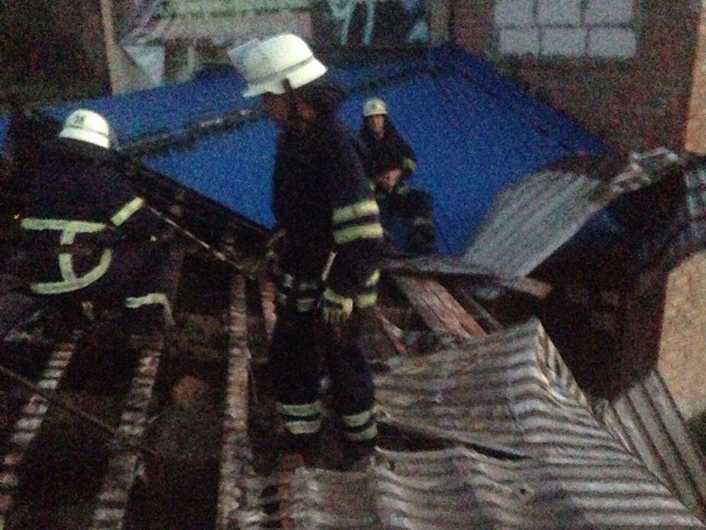 Спасатели установили, что пожар возник на крыше одноэтажного здания