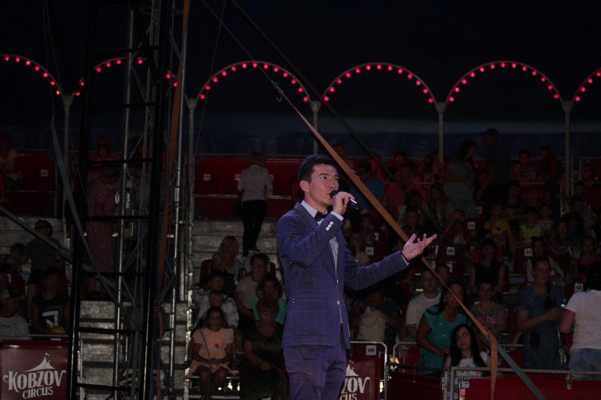 Конферансье на сцене