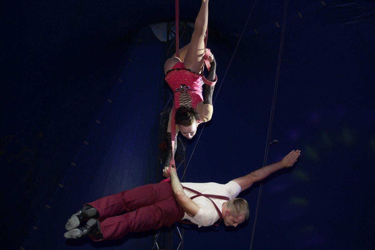 Семья гимнастов работает без страховки - безупречное выступление