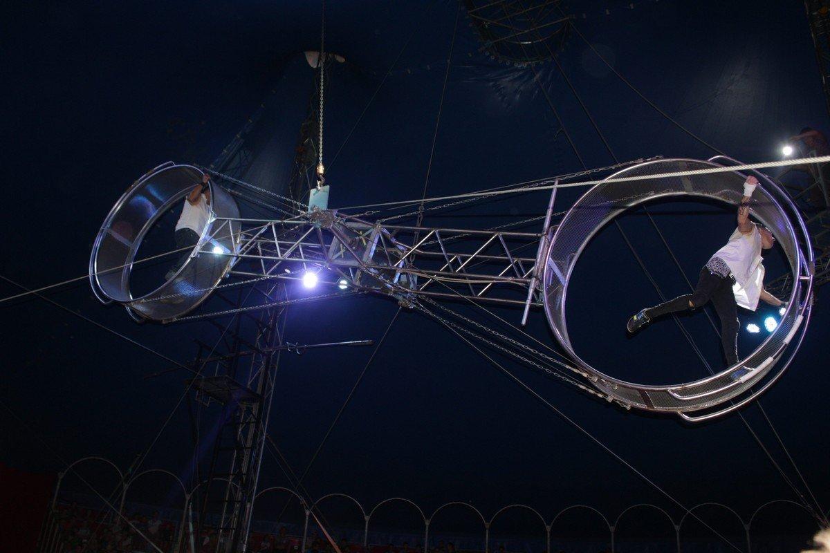 Гимнасты нарушают законы гравитации