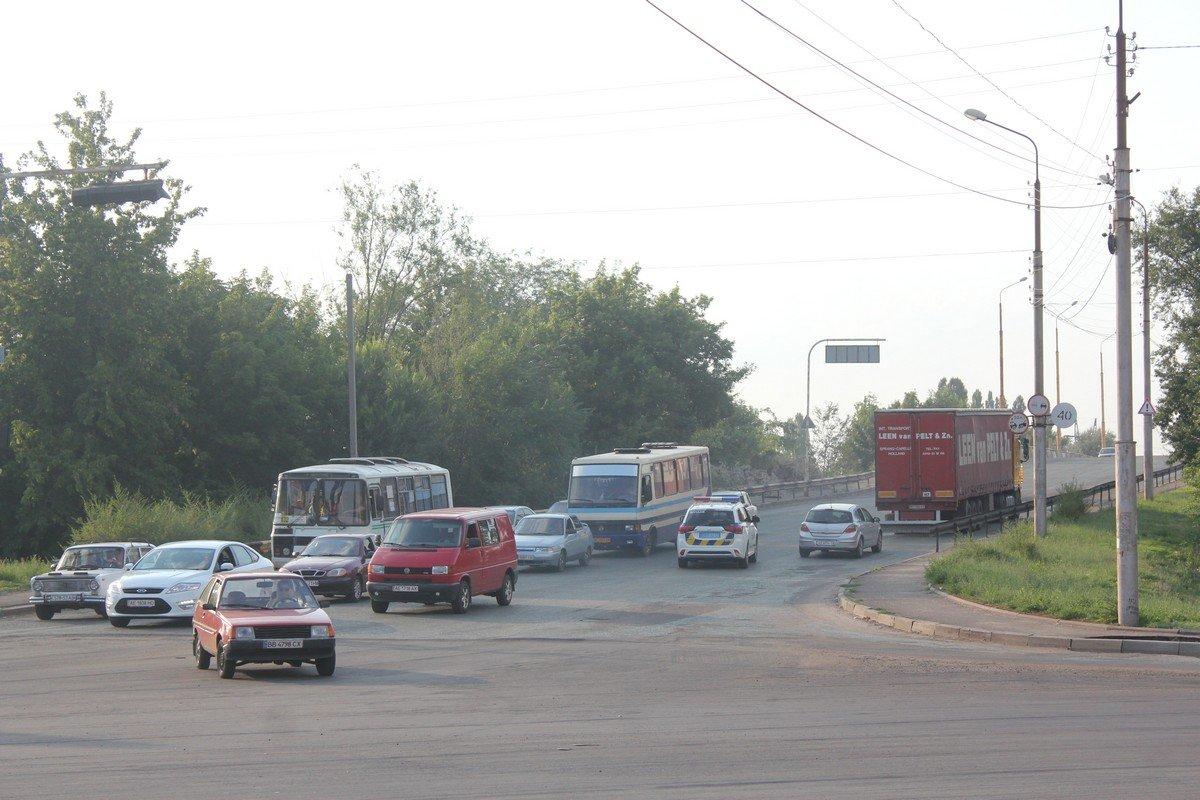 Полиция сопровождает транспорт в объезд улицы Херсонской и Никополя, через село Старозаводское