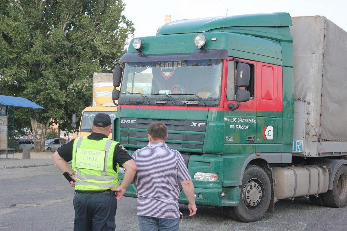 Спустя некоторое время полиция начала выводить заблокированный транспорт в объезд, через село Старозаводское