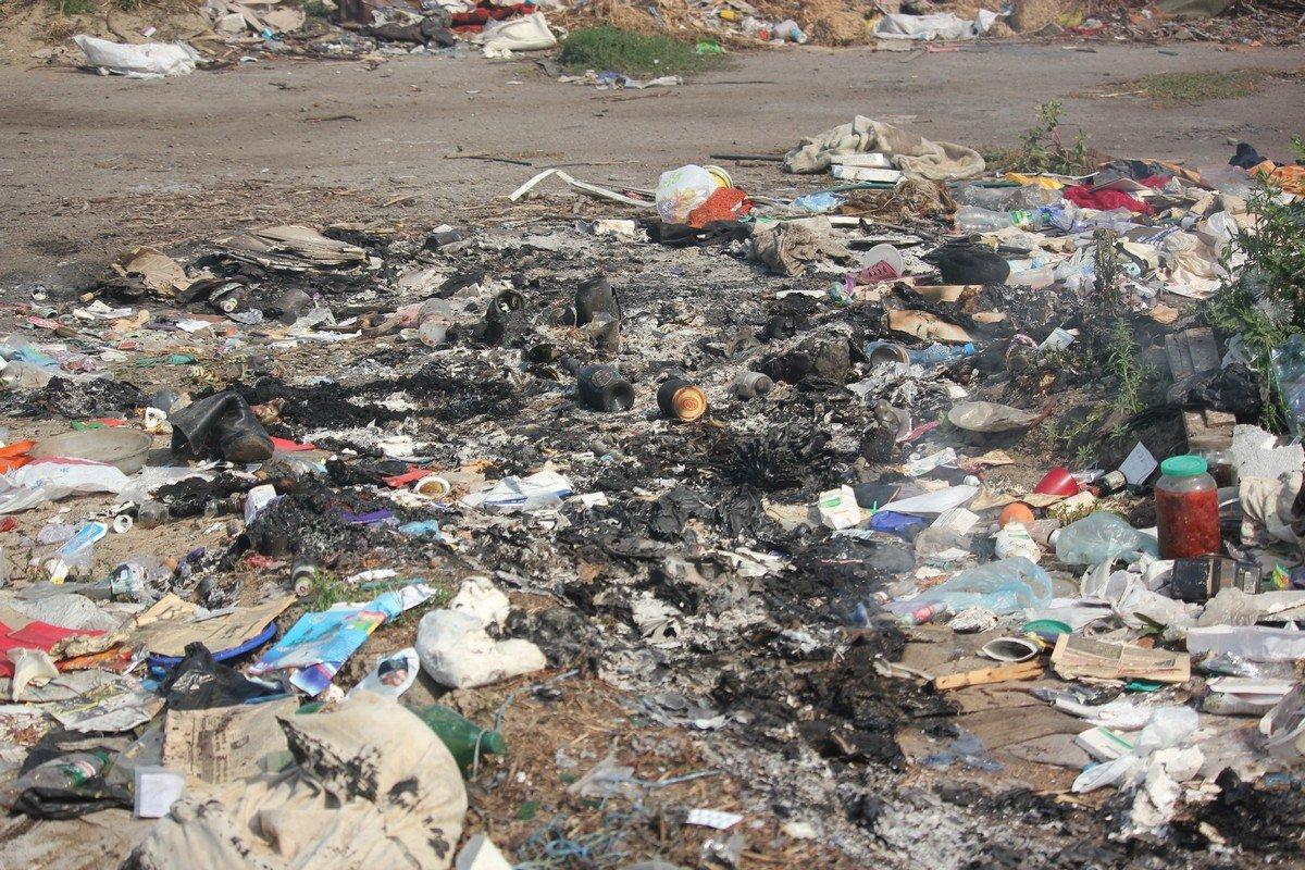 По словам очевидцев, люди сами поджигают мусор