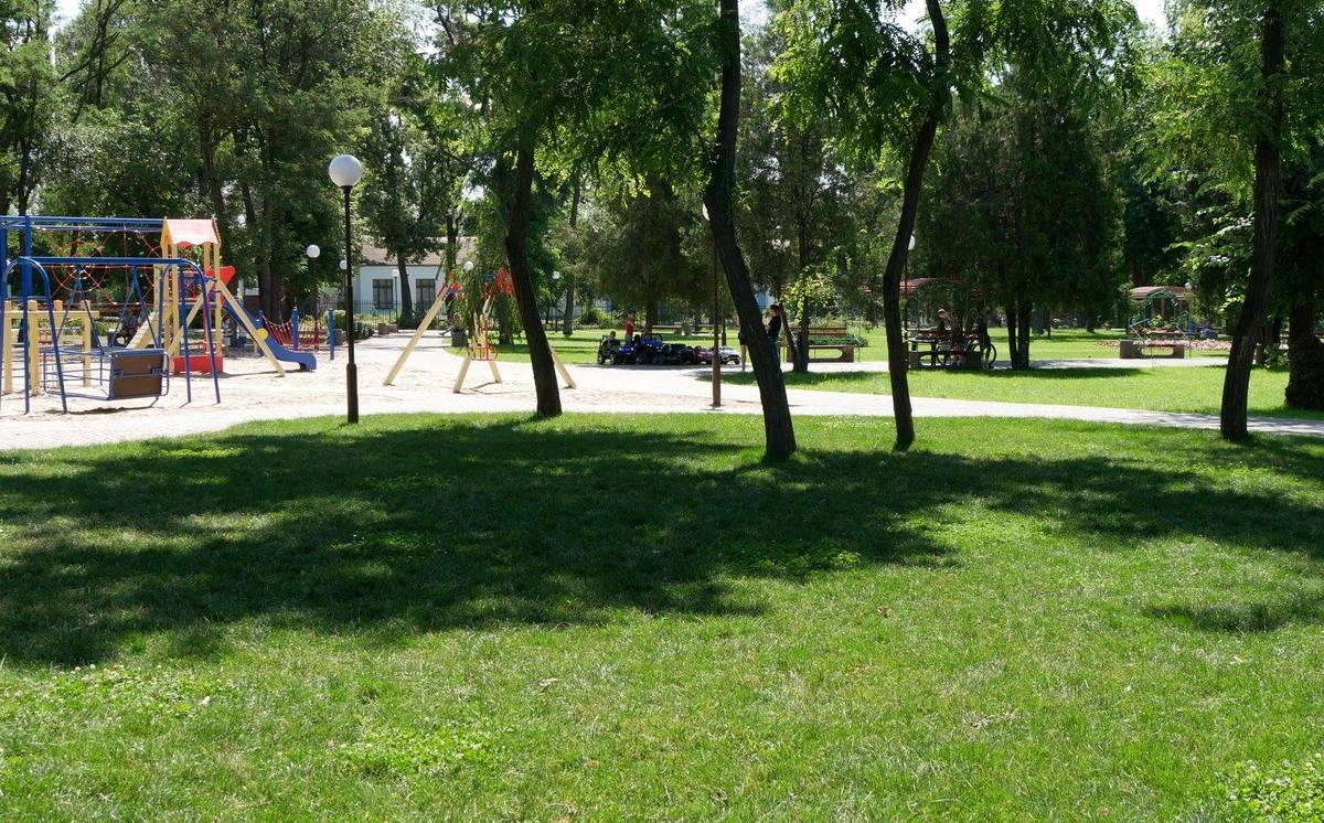 В парке - газоны, дорожки, детские площадки