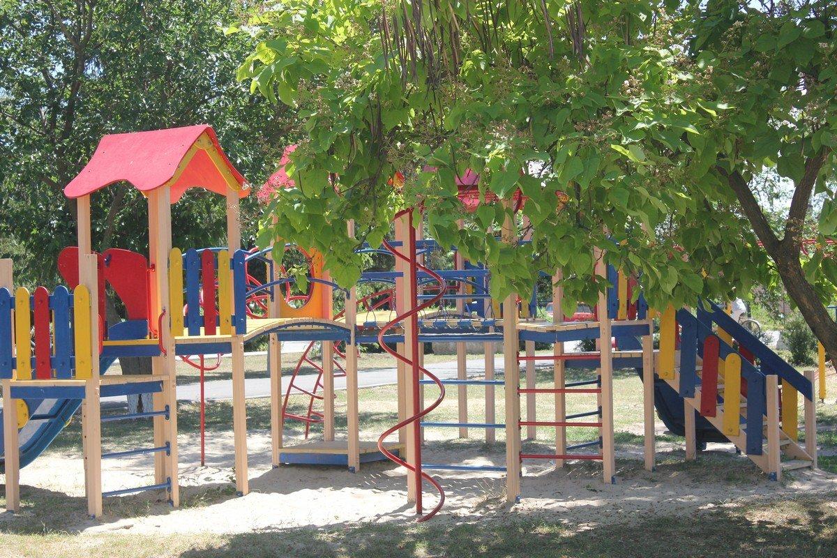 Обратите внимание, детская площадка целая и окрашенная