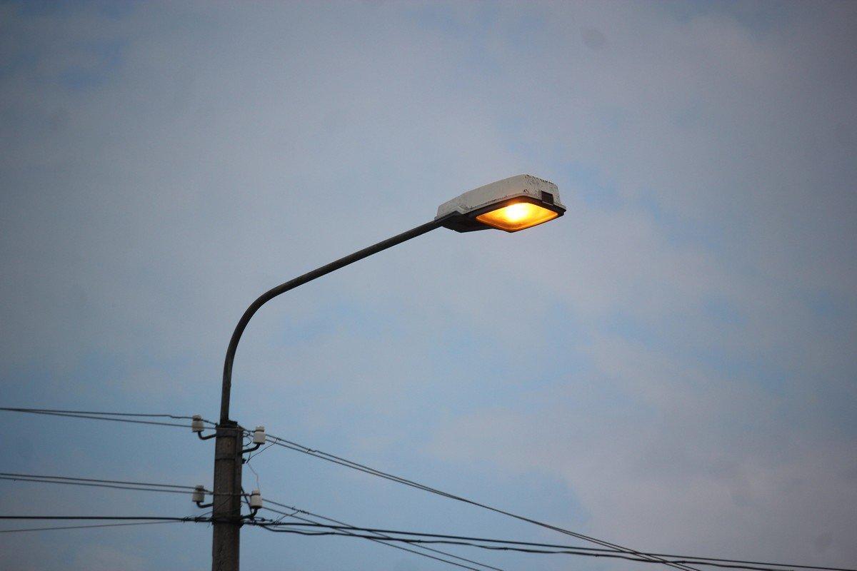 Уличное освещение включается днем