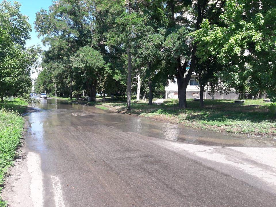 Вода течет по улице 50-летия НЗФ