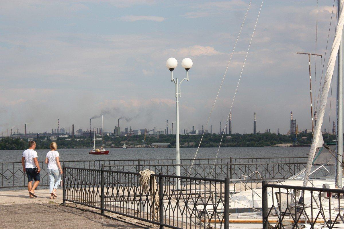 С берега открывается вид на промышленный Запорожье