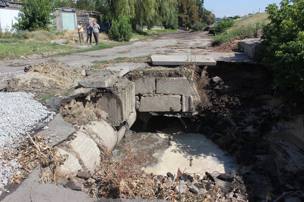 На место аварии прибыл заместитель начальника Никопольского регионального управления водных ресурсов Андрей Сбитнев