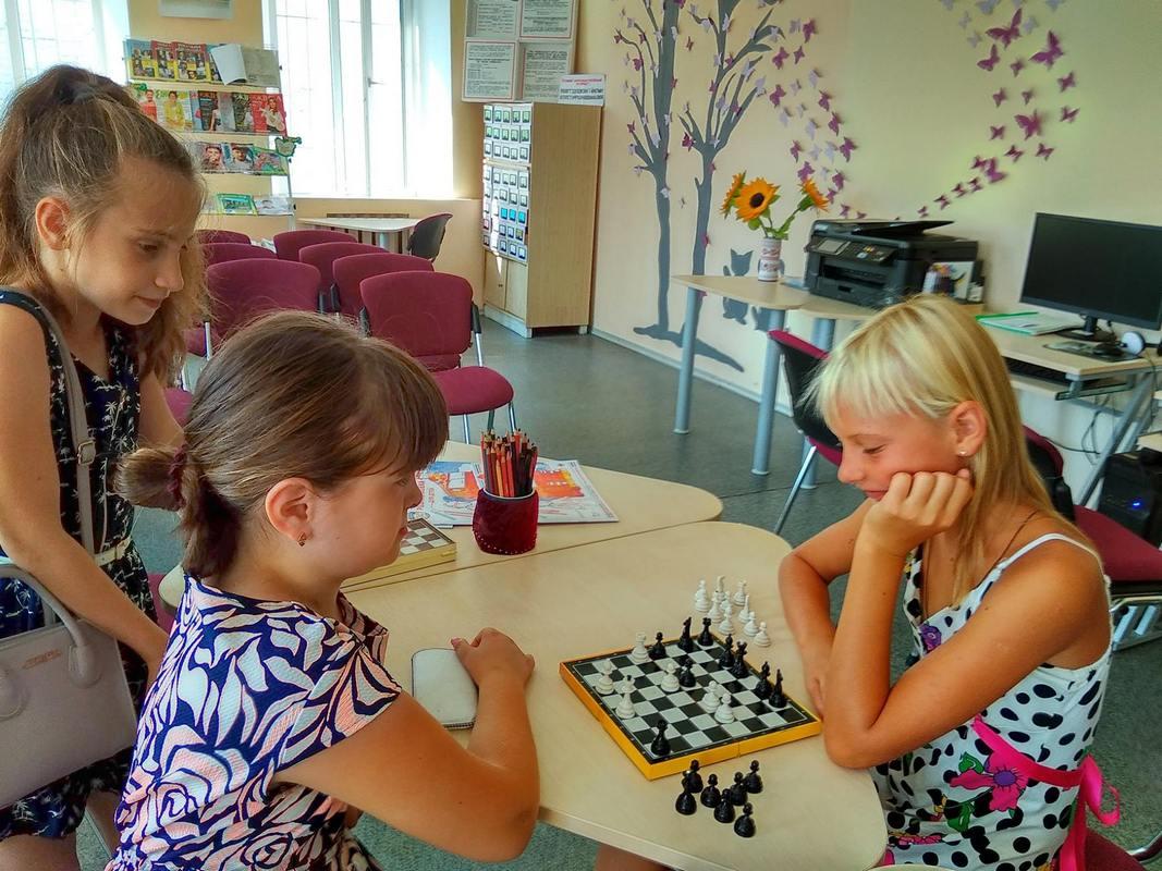 В центральной детской библиотеке обучают игре в шахматы