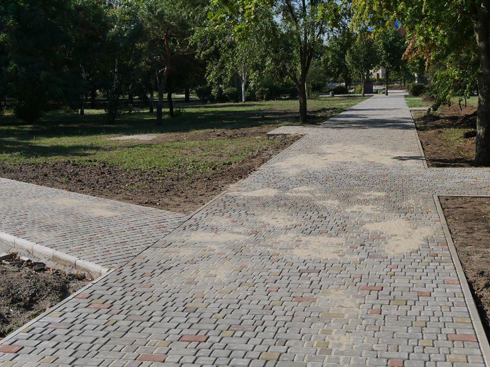 Дорожка из тротуарной плитки в парке