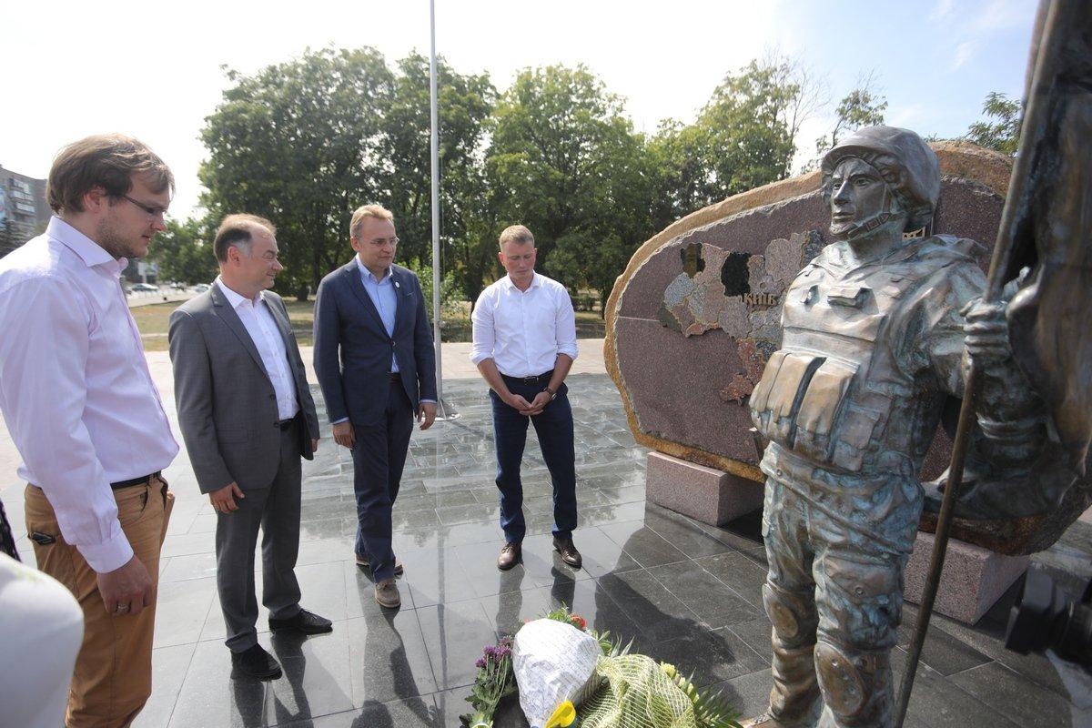 Біля пам'ятника Захисникові України