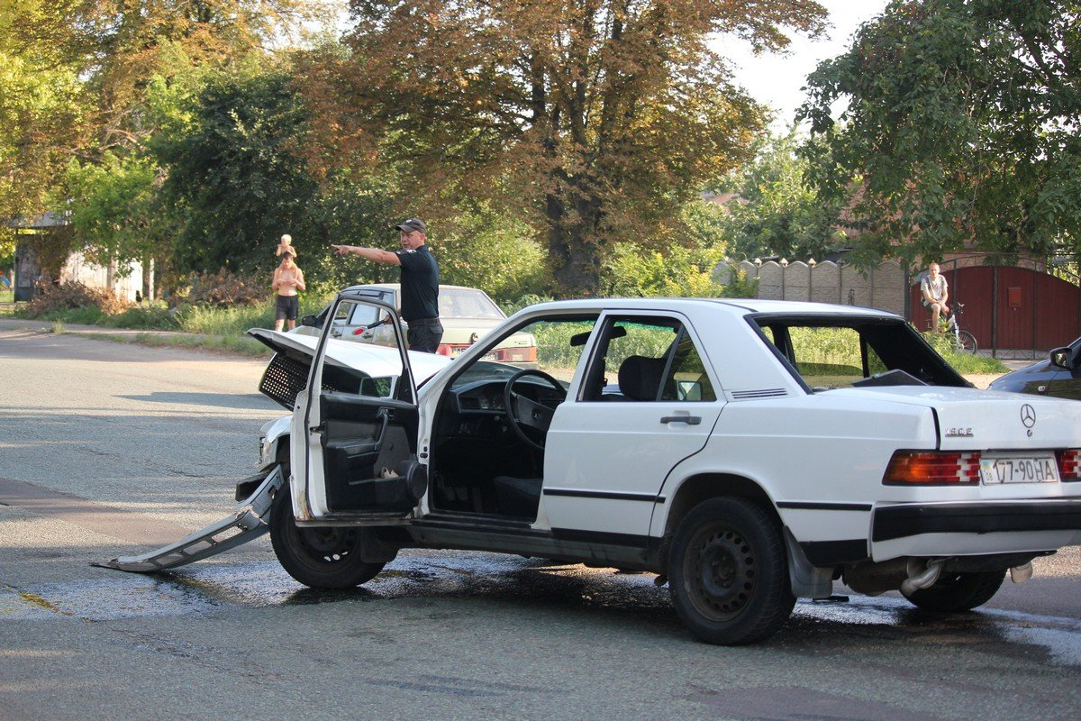 Водителя Mercedes правоохранители увезли на медицинское освидетельствование