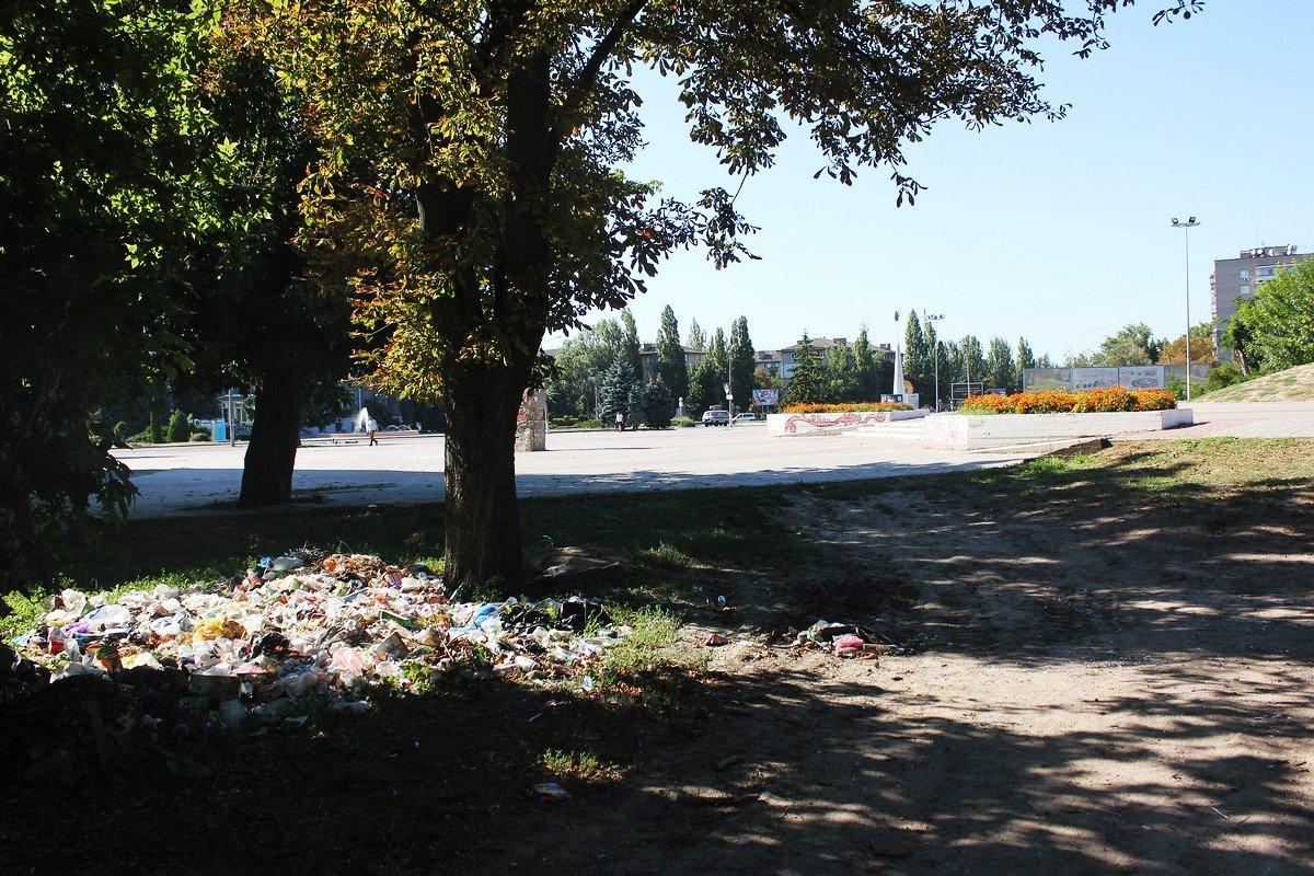 В центре Никополя образовалась свалка из пластиковых отходов