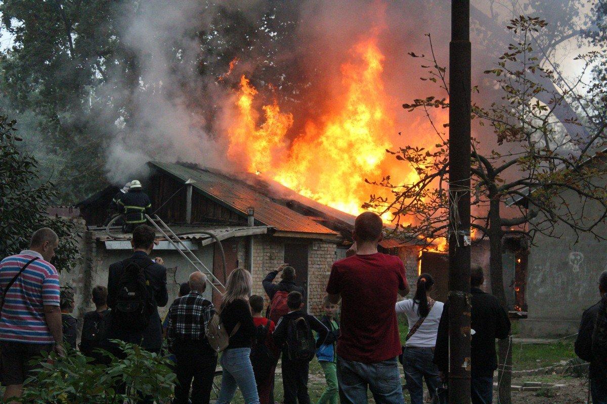 Люди снимали на видео и фотографировали пожар