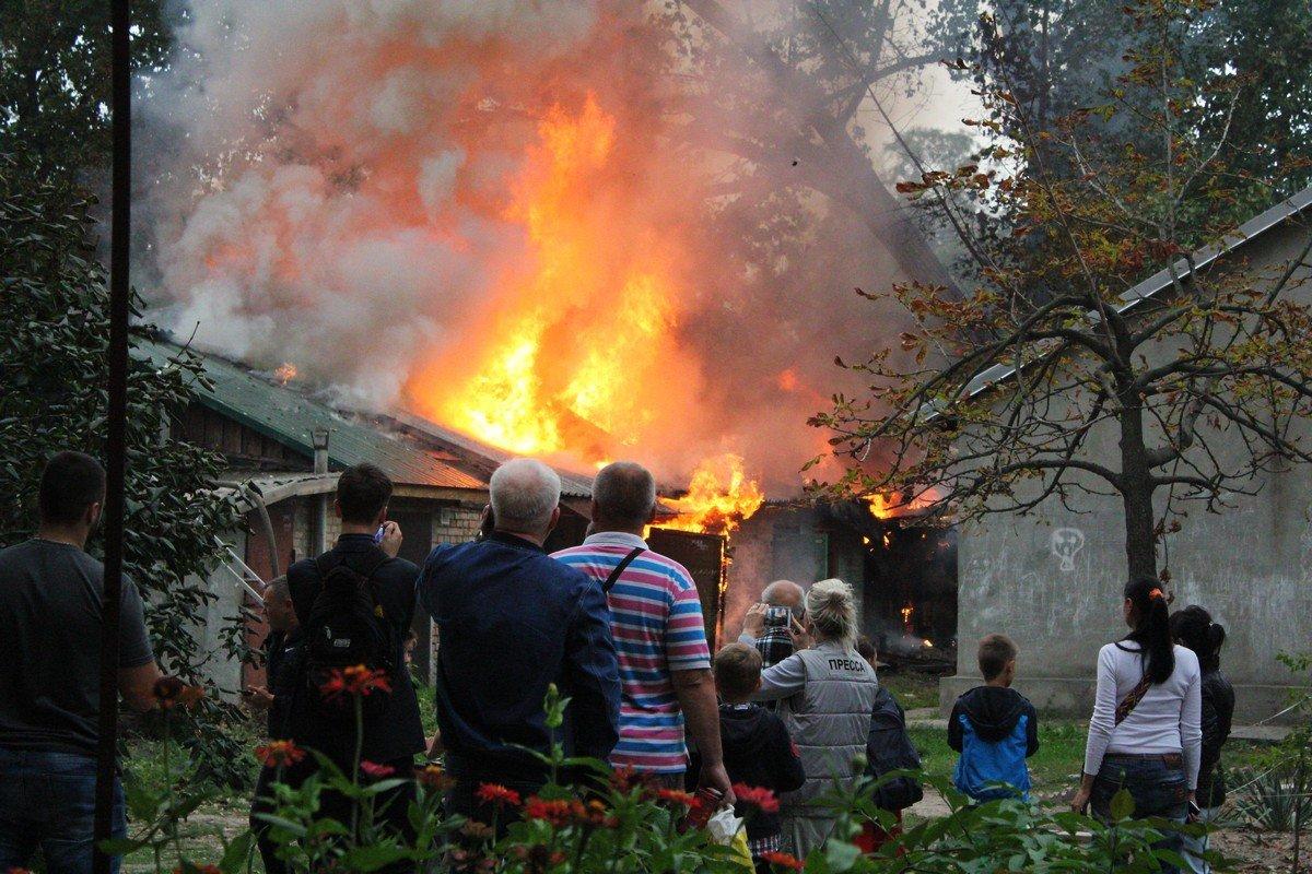 Жители переживали, что огонь перекинется на дом