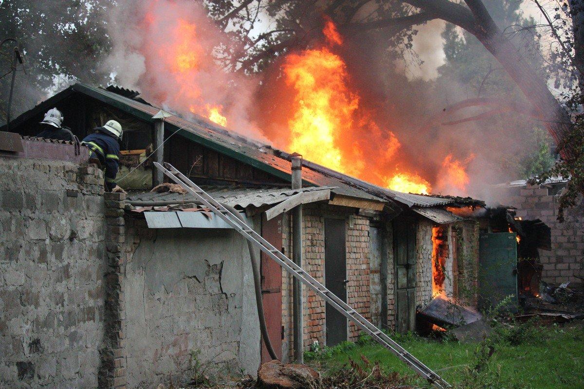 Возле жилых домов горели хозпостройки