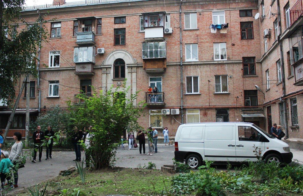 Нешуточный пожар разбушевался во дворах на проспекте Трубников
