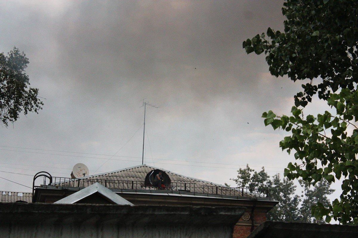 Из-за ветра искры от огня попали на чердак соседнего дома