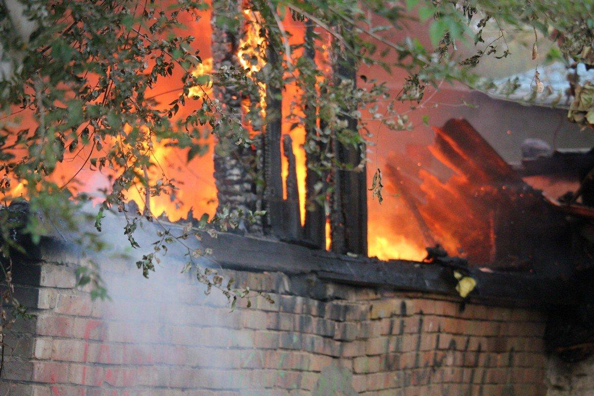 Сгорели старые вещи, листья, резина и прочий мусор в сараях