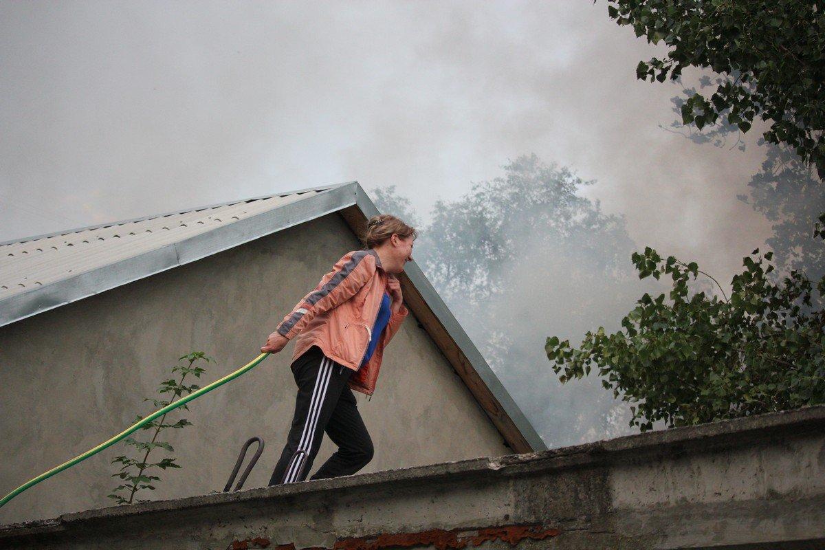 Жители соседнего дома протянули шланг из подвала