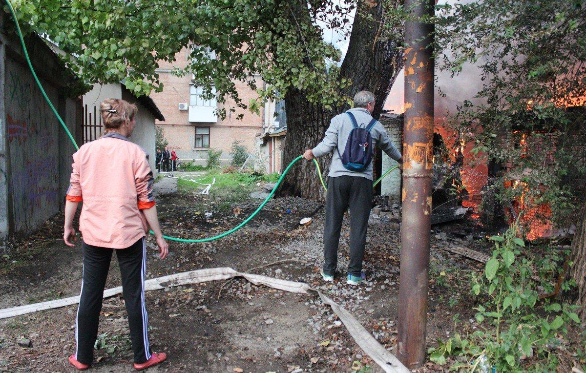 Люди взялись помогать спасателям тушить огонь