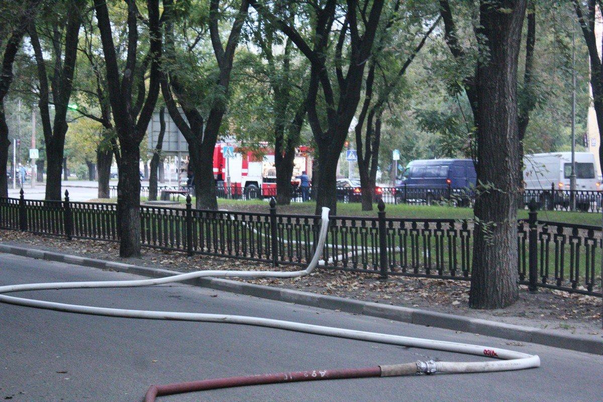 Спасатели подключились к гидранту около светофора и протянули рукавную линию через дорогу