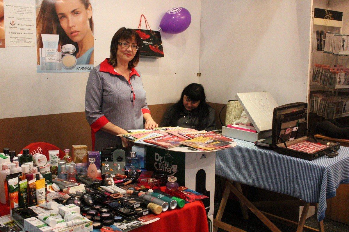 На ярмарке продают косметику, женскую одежду, нижнее и постельное белье, вина, картины и многое другое
